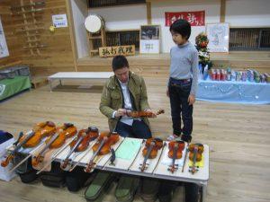 体験コーナーで使われた様々な大きさのバイオリン